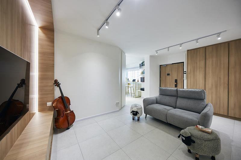 客厅内两堵木质墙相对,木色中和了白色。
