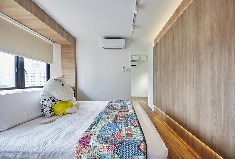 """主卧的床头和床尾以木""""呼应""""。"""