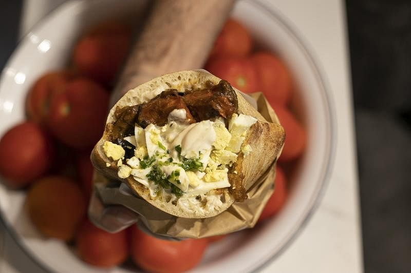 Miznon美味的中东软皮塔饼Ratatouille。