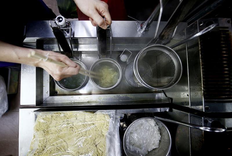 钟雪莉引入自动煮面机,利用科技保留传统滋味。