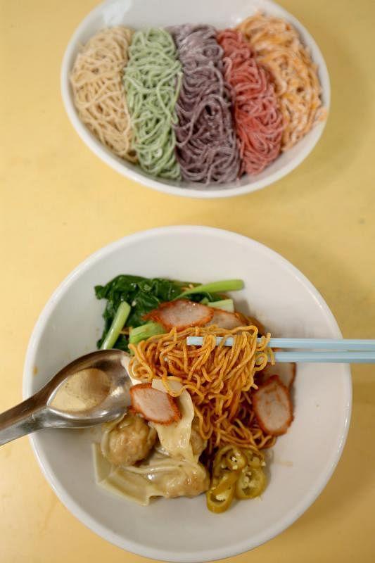 传承三代人的一碗云吞面,一做就是56年。曹记用的面条是自己生产,有菠菜面、紫菜面、番茄面、全麦面等。