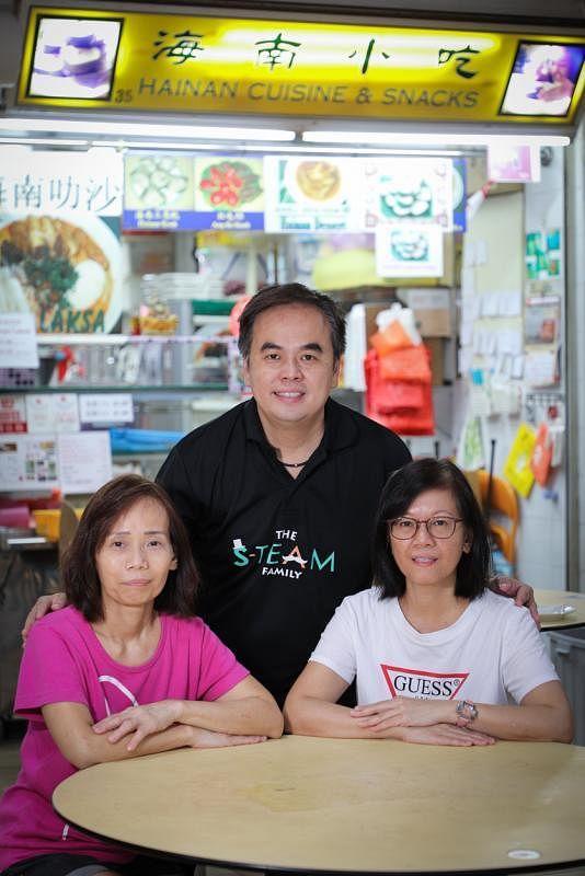 吴世美(左)接手海南小吃,姐姐吴施娇(右)和弟弟吴适名(中)偶尔也会来帮忙。
