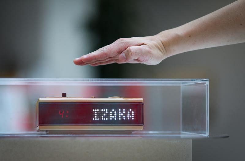 郑至涵不但将闹钟修好,还增添显示文字功能,一挥手就能读到物主写的短句。