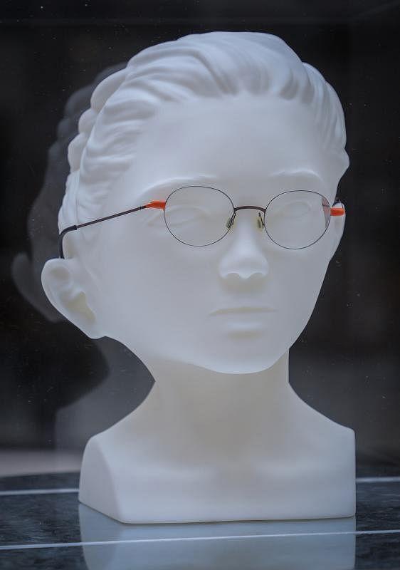 Kinetic用3D打印技术重塑和扭曲物主一边的脸形,以便戴回这副已变形的眼镜。