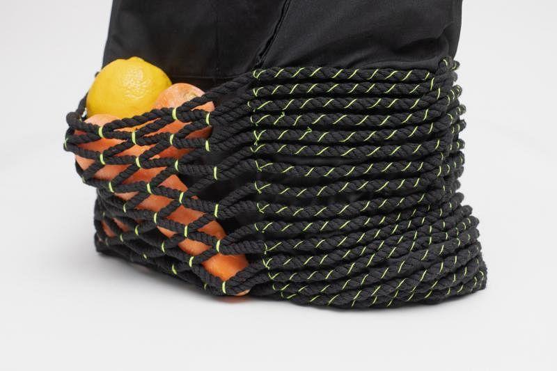 纺织设计师黎铠仪将布包由里往外翻,添加网袋保护,也增加布包的容量。