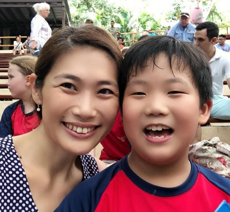 林方辉医生(左)希望公众能谅解特需孩子在公共场所的失序行为。这是她与儿子的合照。(受访者提供)