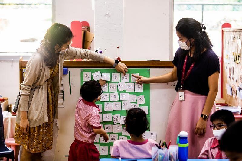 早期干预专家和幼儿教育工作者通过合作教学,在同一个教室里分享、学习和设计满足不同儿童学习需求的活动。(连氏基金)