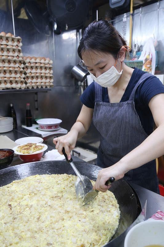 张馨心认真、用心做好炒菜头粿的每个环节。