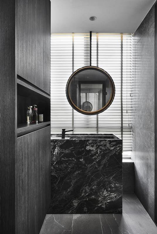 主卧室卫浴间盥洗台采用垂吊式镜子,让男主人边欣赏美景边刷牙。