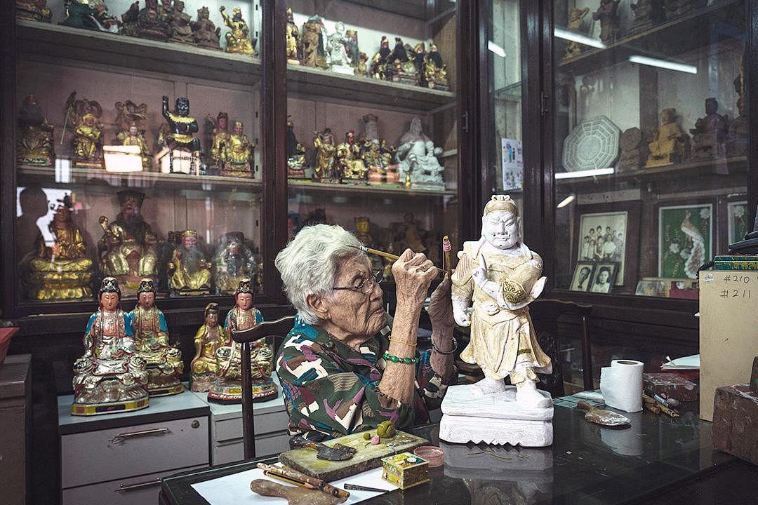 saytianhng-buddha-shop-artisan-tan-chwee-lian-at-work_Large.jpg