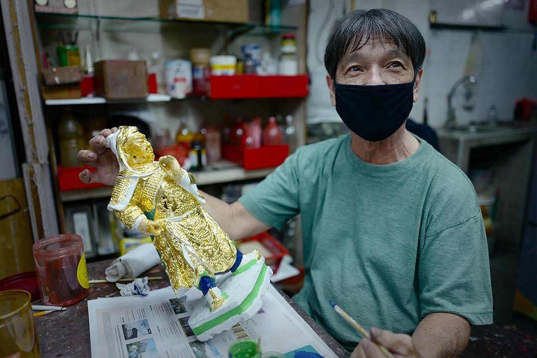 saytianhng-buddha-shop-ng-yeow-hua-showing-golden-effigy_Large.jpg