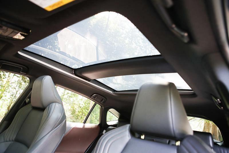 智能全景天窗能电动调节透光率。