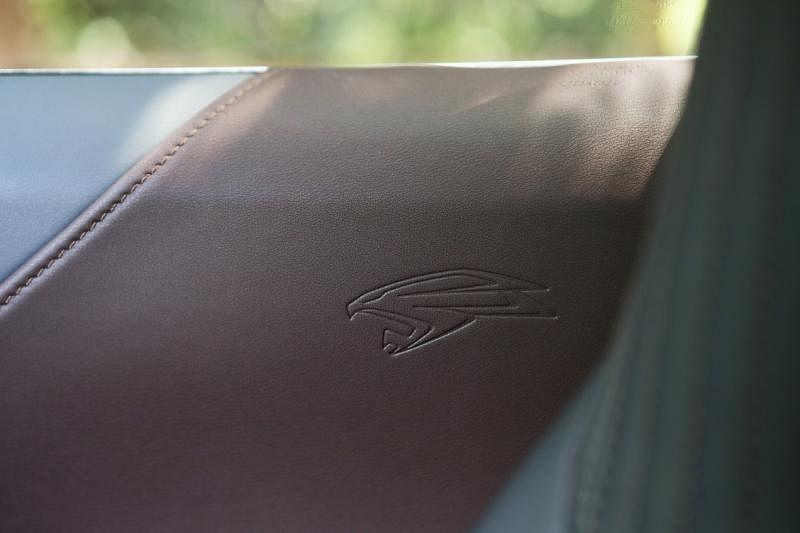 熟悉的飞鹰厂徽没有消失,而是由外移至车室。