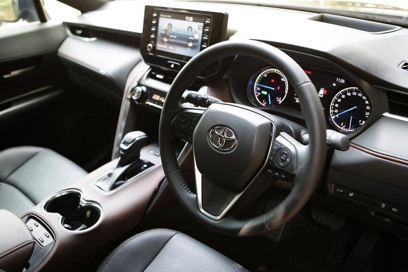 车室用黑棕双色皮革打造优异质感。