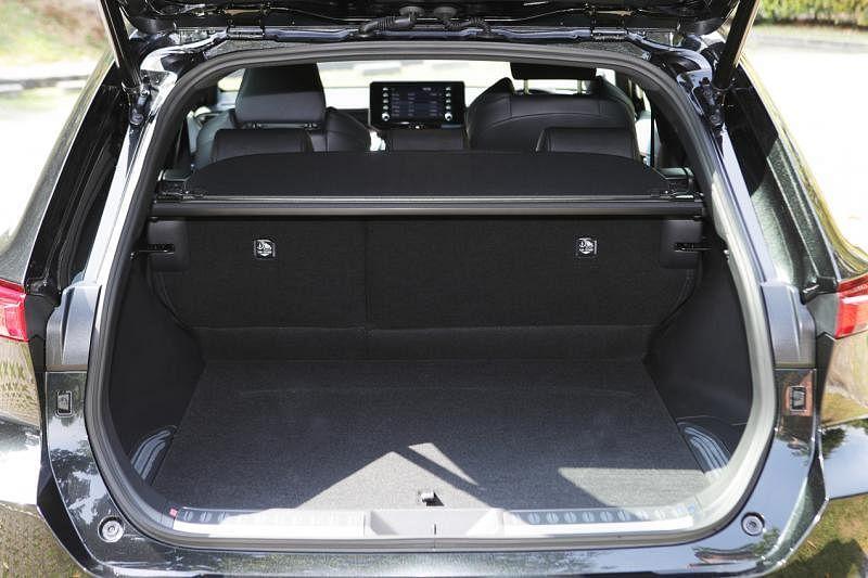 丰田Harrier的行李厢容量达396升,而且还有内层,增加置放空间。