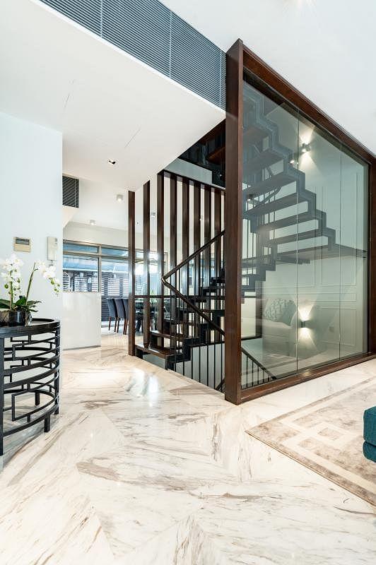 四层楼的聚落式公寓,由设置在中间的楼梯分隔成左右两大空间。