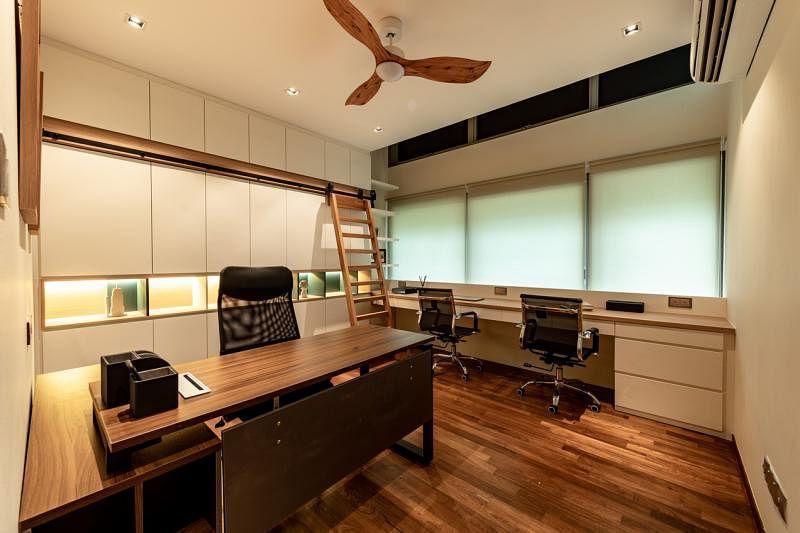 书房有相当充足的储物空间,一大特点是在连顶书柜前设计了一个可左右推移的实木梯子,方便取物。