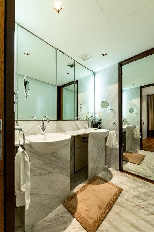 以大理石铺设的浴室。