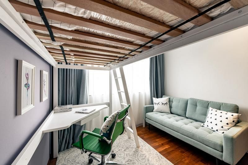儿童房利用高天花板的特点,摆放高架床,下面腾出的额外空间可摆放书桌。