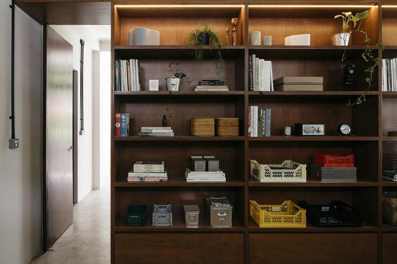 这个大壁橱将办公室与主卧室分隔,从事影像制作的屋主用来摆放拍摄器材、道具与书籍等。