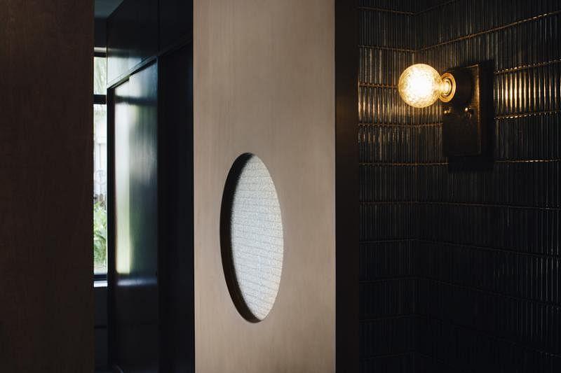 色泽暗黑而华丽的洗手间墙砖。