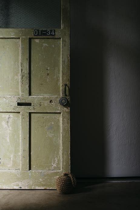 设计师刻意将前门、前排窗户的漆磨拭掉,将长年累月藏在底下的颜色一层层显现出来。