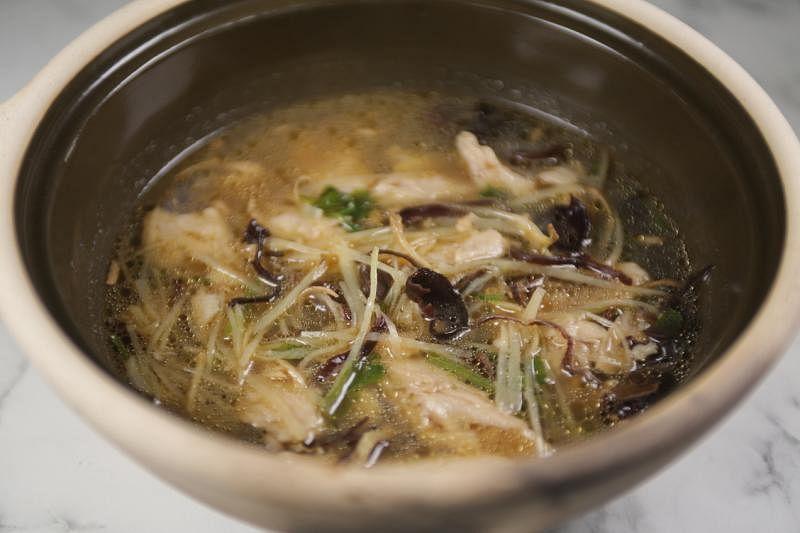 姑妈家私房菜的姜丝麻油鸡,Heura素肉充分吸收香浓汤汁,暖心暖胃。(餐馆提供)