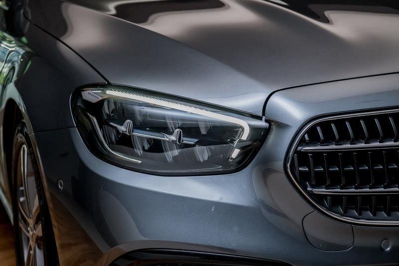 两侧上扬的几何多光束LED车头大灯如书法笔锋般的折角设计,犀利有劲。