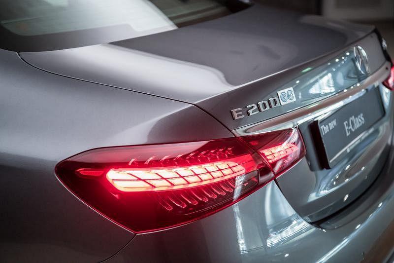 车尾灯由细变粗向两边扬起,灵动而优雅。