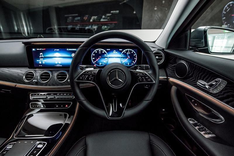 仪表盘两个12.3英寸高解析度屏幕是前座的视线焦点,将行车的所有资讯以数码方式呈现,营造前卫且简约的科技氛围。
