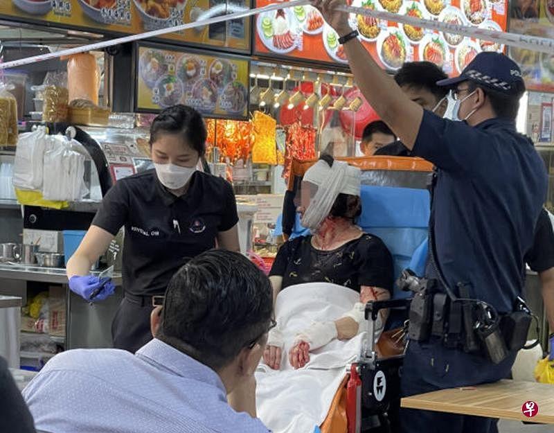 女员工颈部和手臂都手上,救护人员为她包扎后送她到医院救治。(受访者提供)