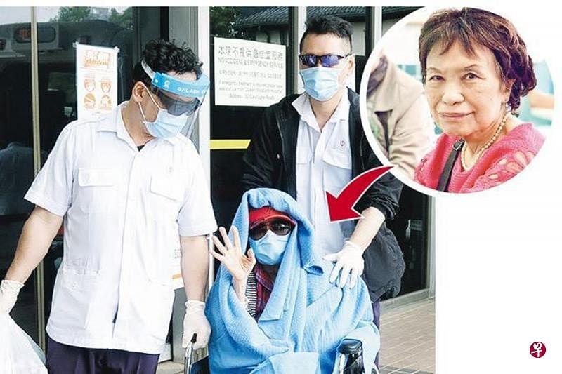余慕莲坐轮椅由医护人员推着离开医院,见到传媒即开心挥手。(<a href=https://www.218918.com/news/hulianwang/ target=_blank class=infotextkey>互联网</a>)