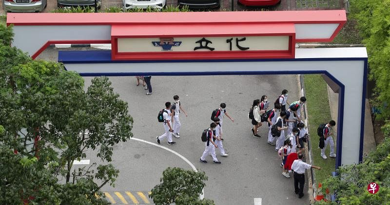 立化中学发生命案后,学校大门紧闭不让外人进入。教职员在下午3时30分左右带着学生到学校正门,让学生分批离开。(蔡家增摄)