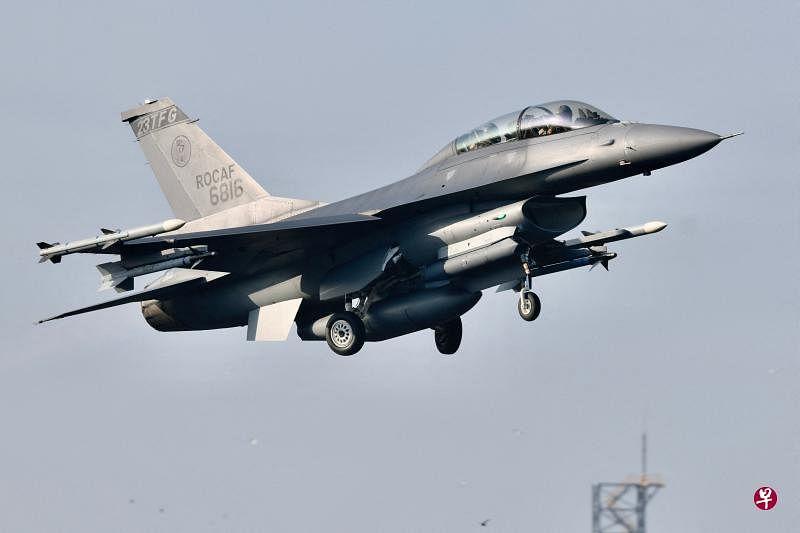 台湾军方四架主力机战机今早在屏东佳冬战备道演练起降。图为F-16战机从战备道起飞。(法新社)