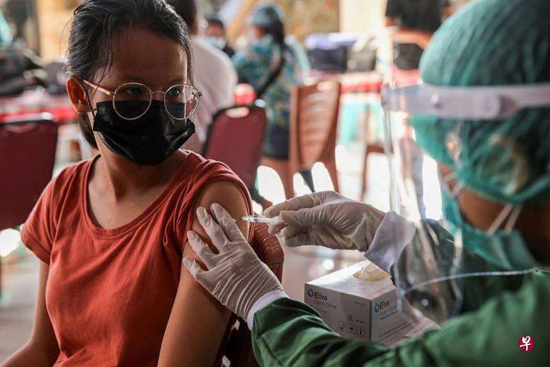 印尼政府周二表示,该国目前所使用的冠病疫苗能够抵抗在印尼首次发现的一种变种冠病病毒。(路透社)