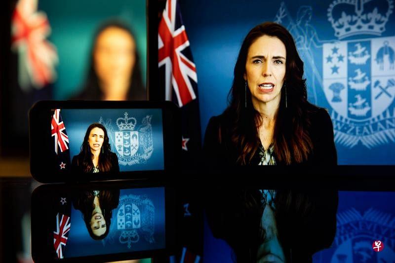 新西兰总理阿德恩说,要回到零病例是极为困难的,新西兰政府因此决定改变政策,希望在控制病毒传播的同时与冠病共存。(彭博社)