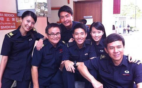 池素宝(左二)与欧萱(左一)等艺人演出电视剧《995》。