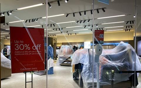 爱雍·乌节商场被令关闭四天,多家商店的店员昨晚忙着整理店面,以便进行清洁与消毒工作。(林泽锐摄)