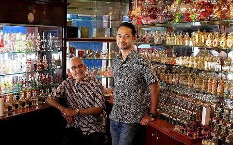 已有88年历史的Jamal Kazura Aromatics,现在由Jamal Kazura(左)和Samir Kazura父子联手经营,继续专攻无酒精香水和香精业务。(龙国雄摄)