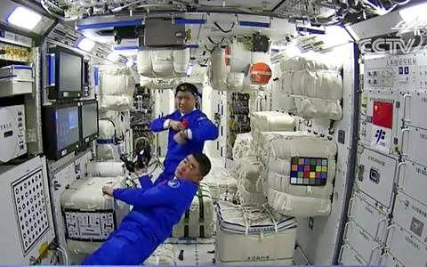 中国三名航天员昨天顺利进驻天和核心舱。神舟十二号飞船与中国空间站天和核心舱昨天成功自主对接,航天员乘组从返回舱进入轨道舱,完成各项准备后,先后开启节点舱舱门、核心舱舱门,于傍晚6时48分进入天和核心舱,标志着中国人首次进入自己的空间站。(中国央视视频截图)