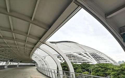 走近难以尽收全貌,欣赏建筑线条与轮廓。