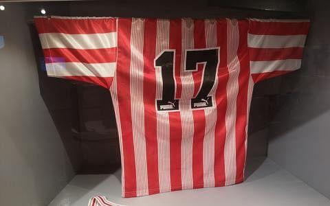 足球金童范迪阿末的球衣。